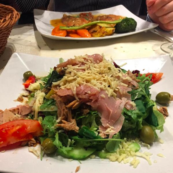 Essen gehen in Köln? Das sind unsere 10 Schlemmertipps für ein langes Wochenende: Vorzeigeitaliener La Piazetta im Mauritiusviertel, authentisch & lecker