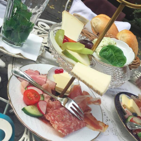 Essen gehen in Köln? Das sind unsere 10 Schlemmertipps für ein langes Wochenende: romantisches Frühstück bei Miss Päpki im belgischem Viertel