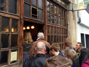 Die Leute stehen Schlange vor dem Lommerzheim in Köln - Kultgaststätte mit dem besten Kotelett