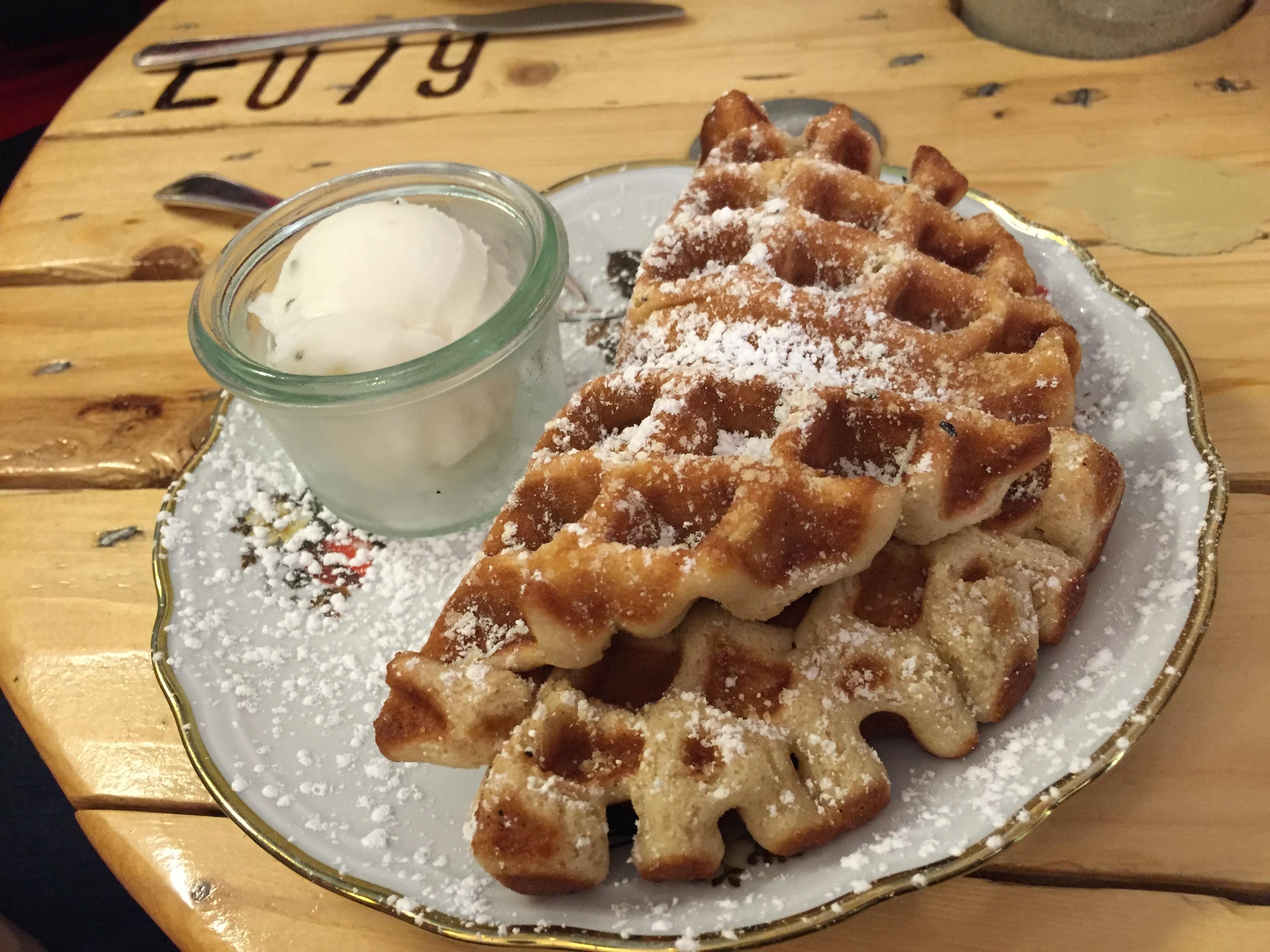 Essen gehen in Köln? Das sind unsere 10 Schlemmertipps für ein langes Wochenende: Süße und herzhafte Waffeln und leckeres ausgefallenes Eis in der Eisdielerin in Ehrenfeld.